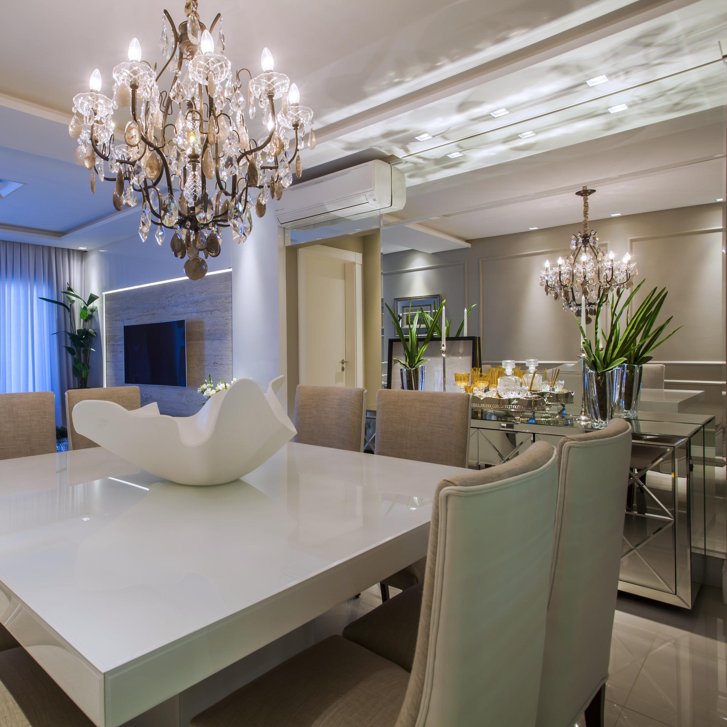 Lustre Mântova 10 braços, ambientado no apartamento em Balneário Camboriú. Projeto da arquiteta Marianne Clasen. Fotografia: Daniela Buzzi.