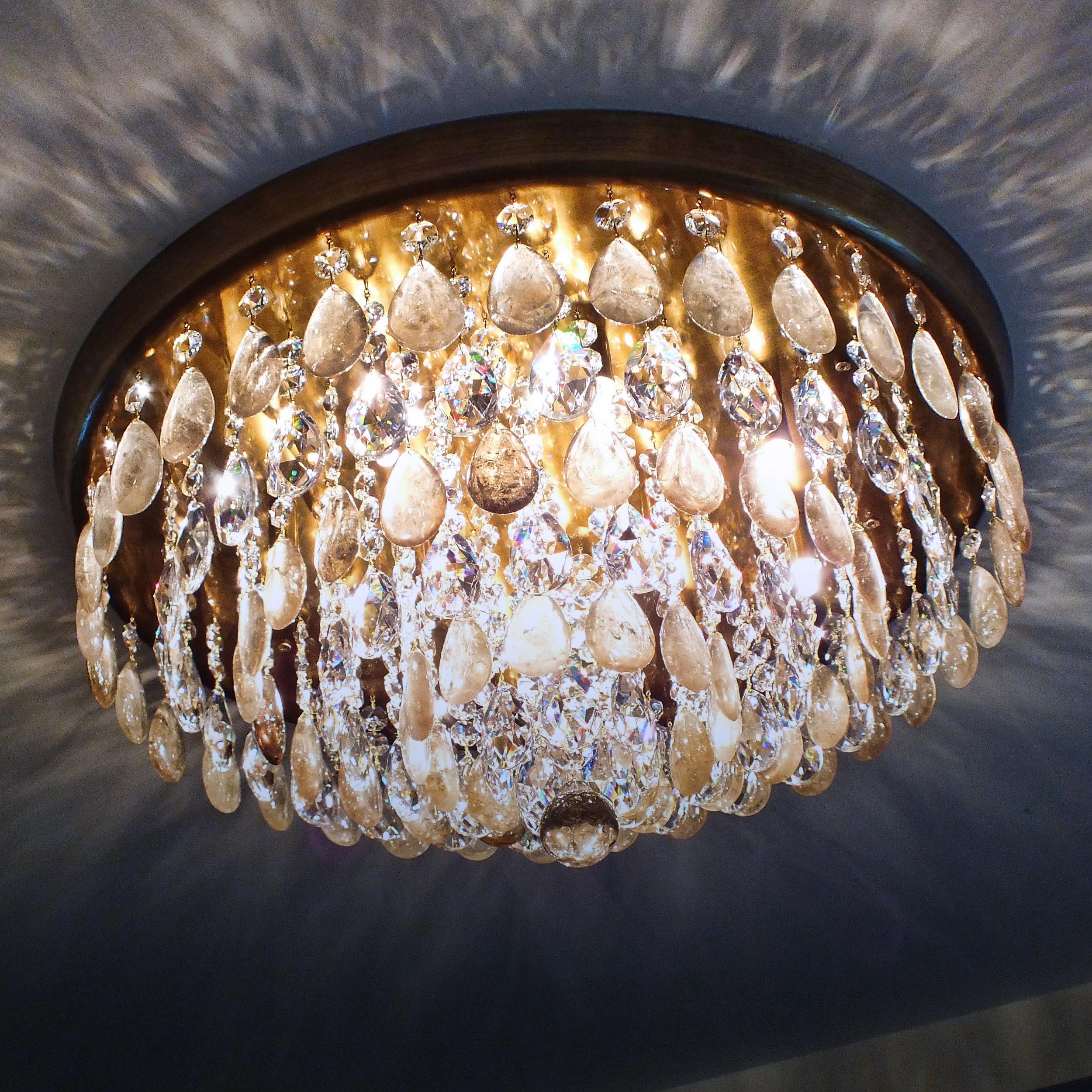 Plafon Parma em latão com acabamento envelhecido claro e cristais de rocha fumê, com 65cm de diâmetro.