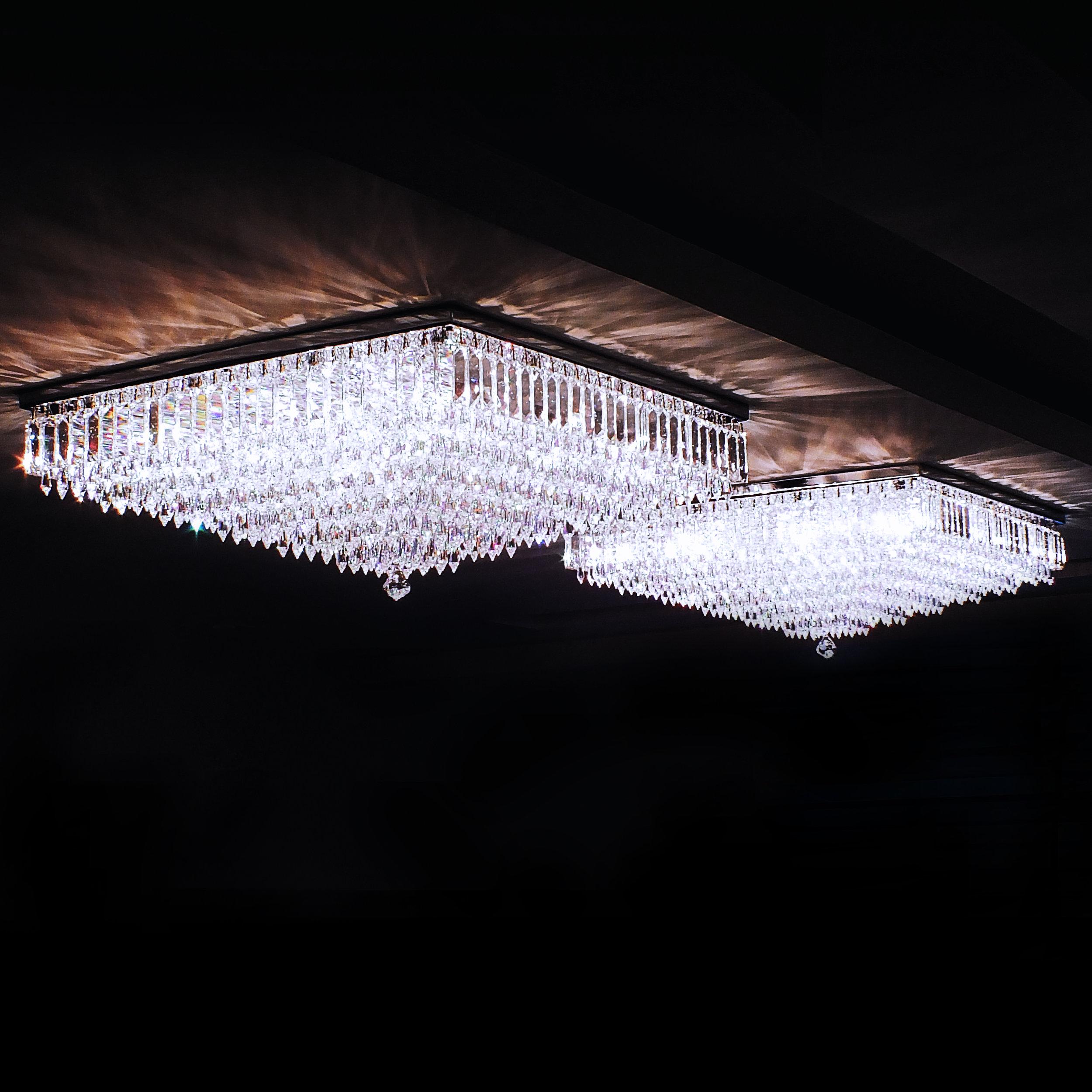 Plafon Boreal 61cm x 61cm em cristais egípcios legítimos, finalizado, na ponta, por um cristal Cone Stone SWAROVSKI (Áustria).