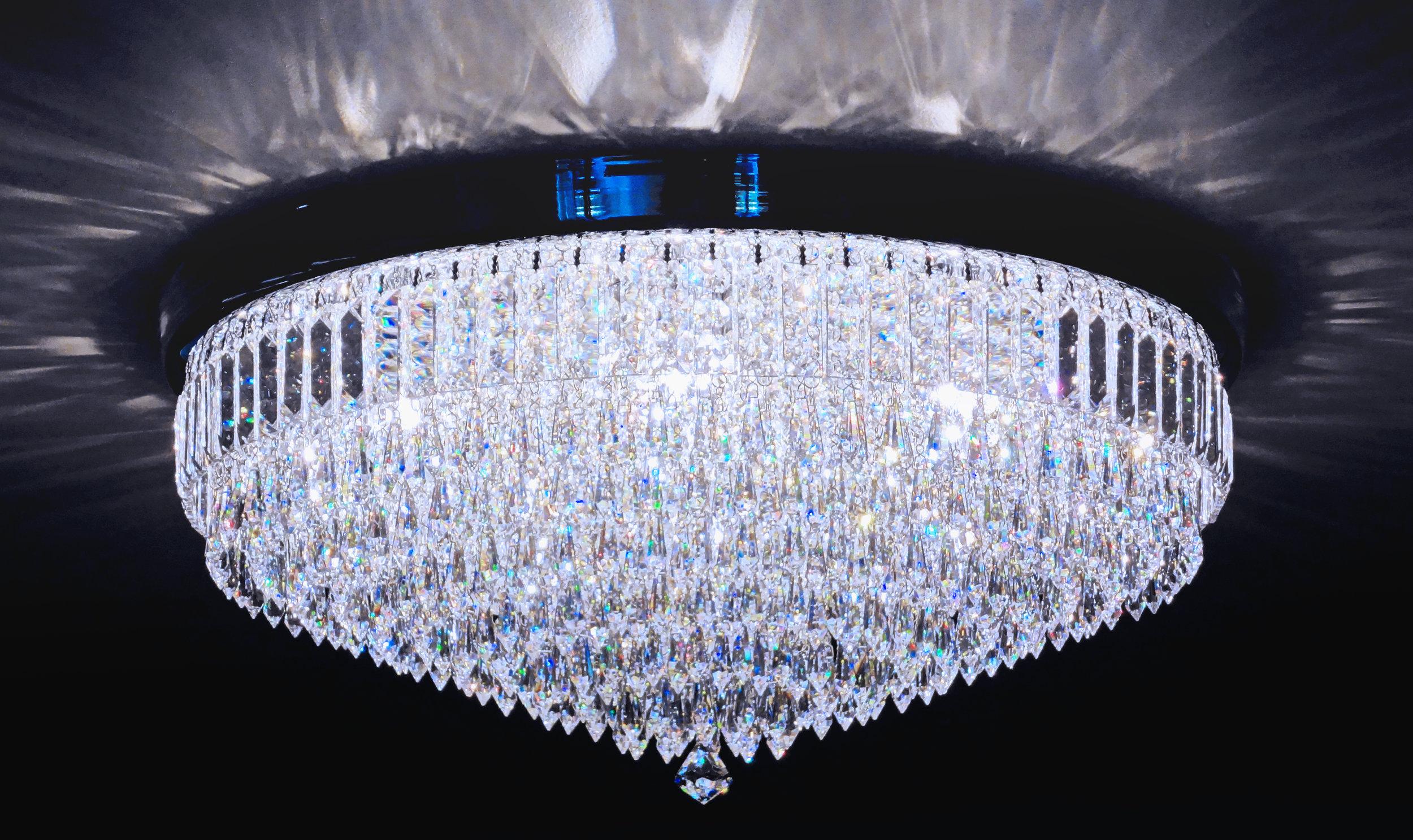 Plafon Granada 65cm de diâmetro, em cristais egípcios legítimos, finalizado na ponta por um cristal Cone Stone SWAROVSKI (Áustria).