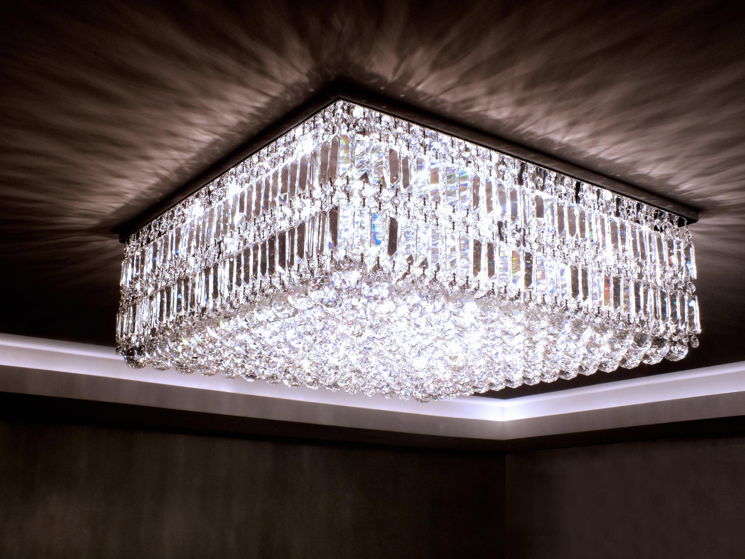 Plafon Manhattan 71cm x 71cm em cristais egípcios legítimos.