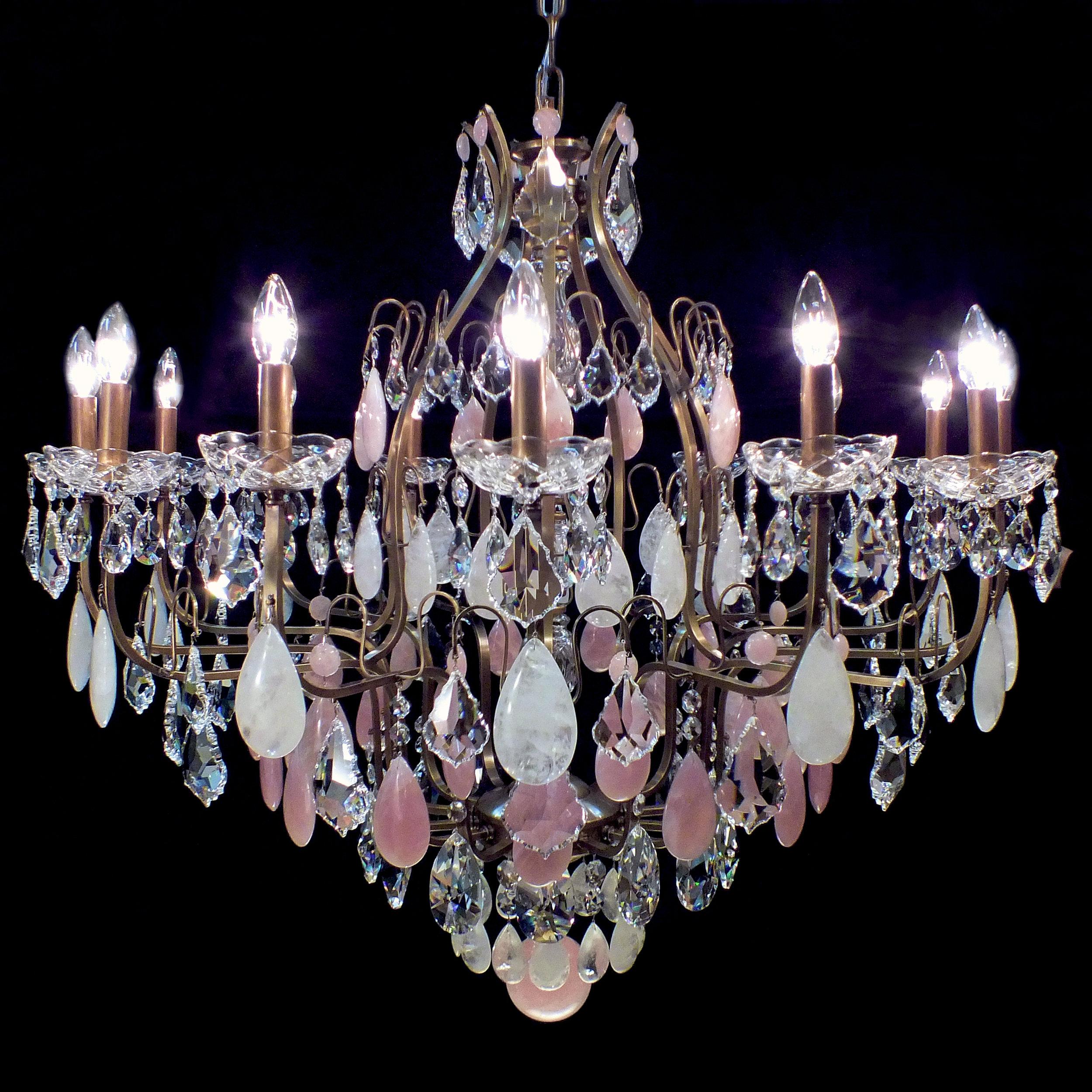 Lustre Mântova 14 braços com cristais de rocha nas cores branco e rosa.