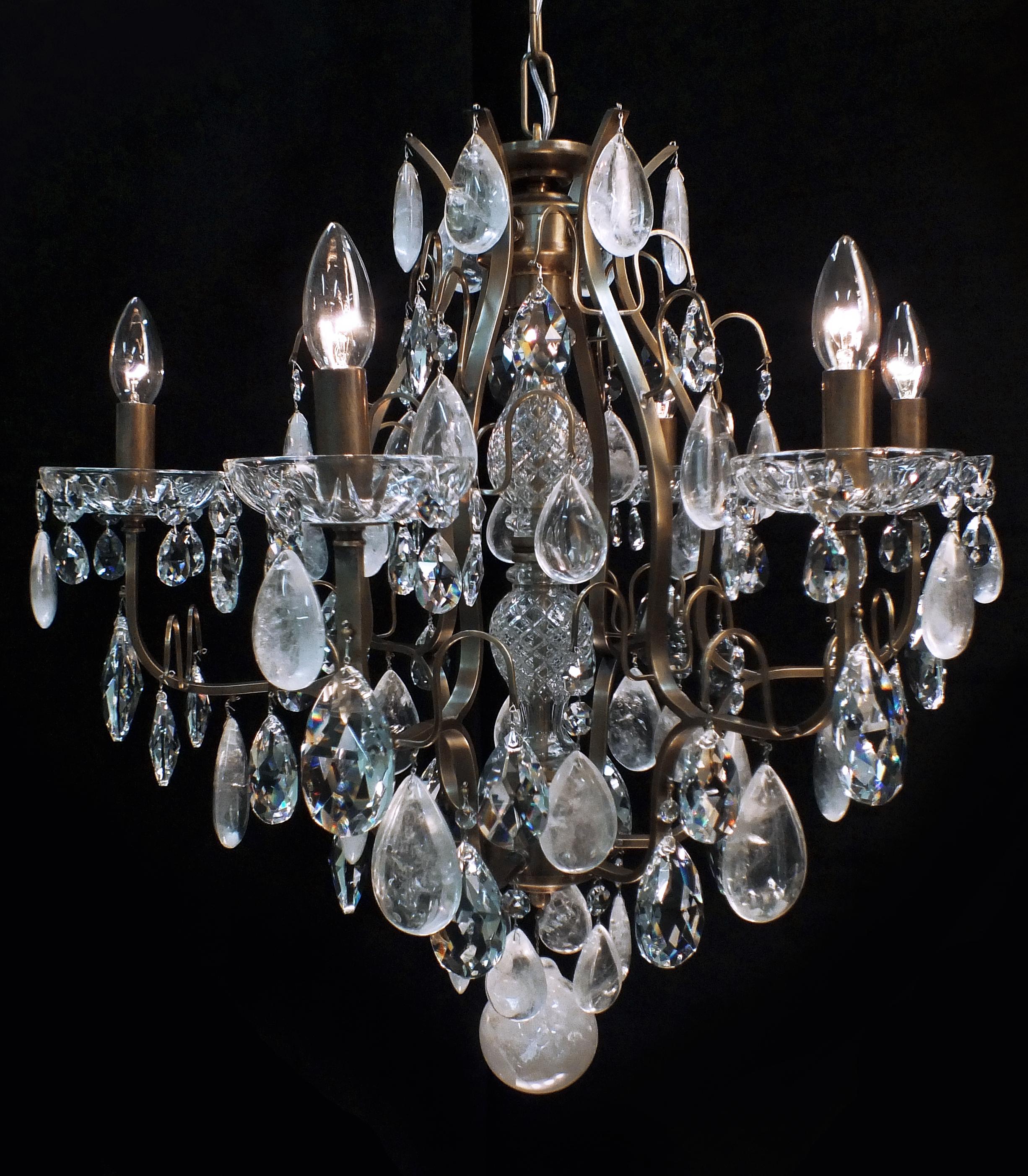 Lustre Mântova 06 braços, com cristais de rocha quartzo no tom extraclaro.