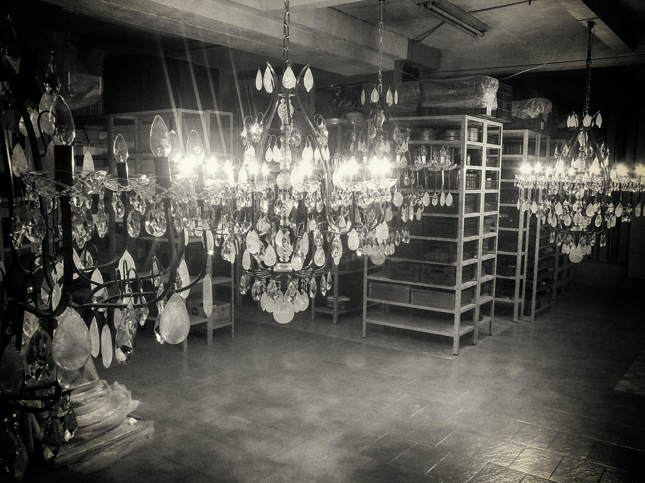 Lustres em produção no Mundo das Luminárias.