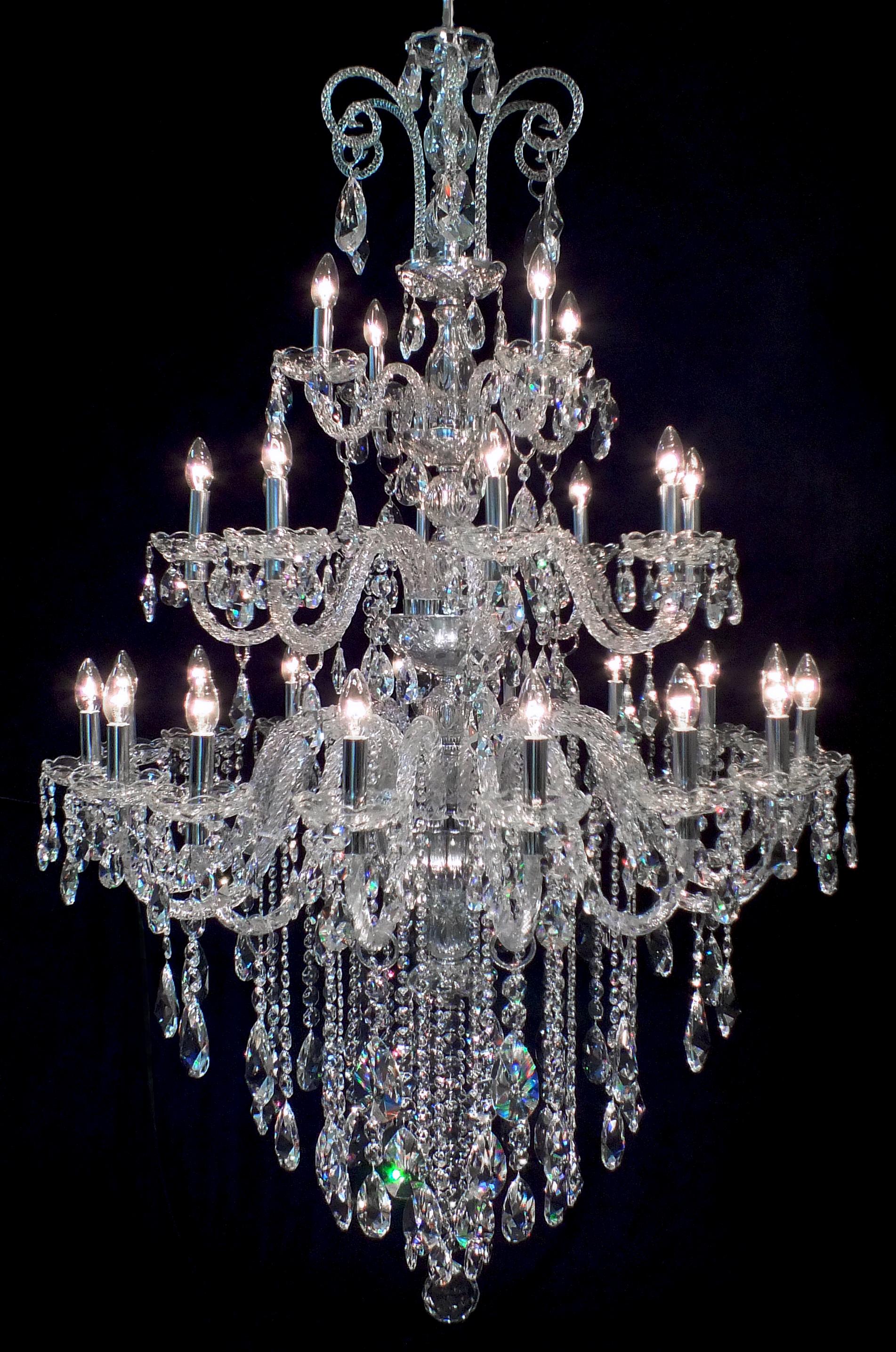 Lustre Treviso 28 braços fabricado pelo Mundo das Luminárias.