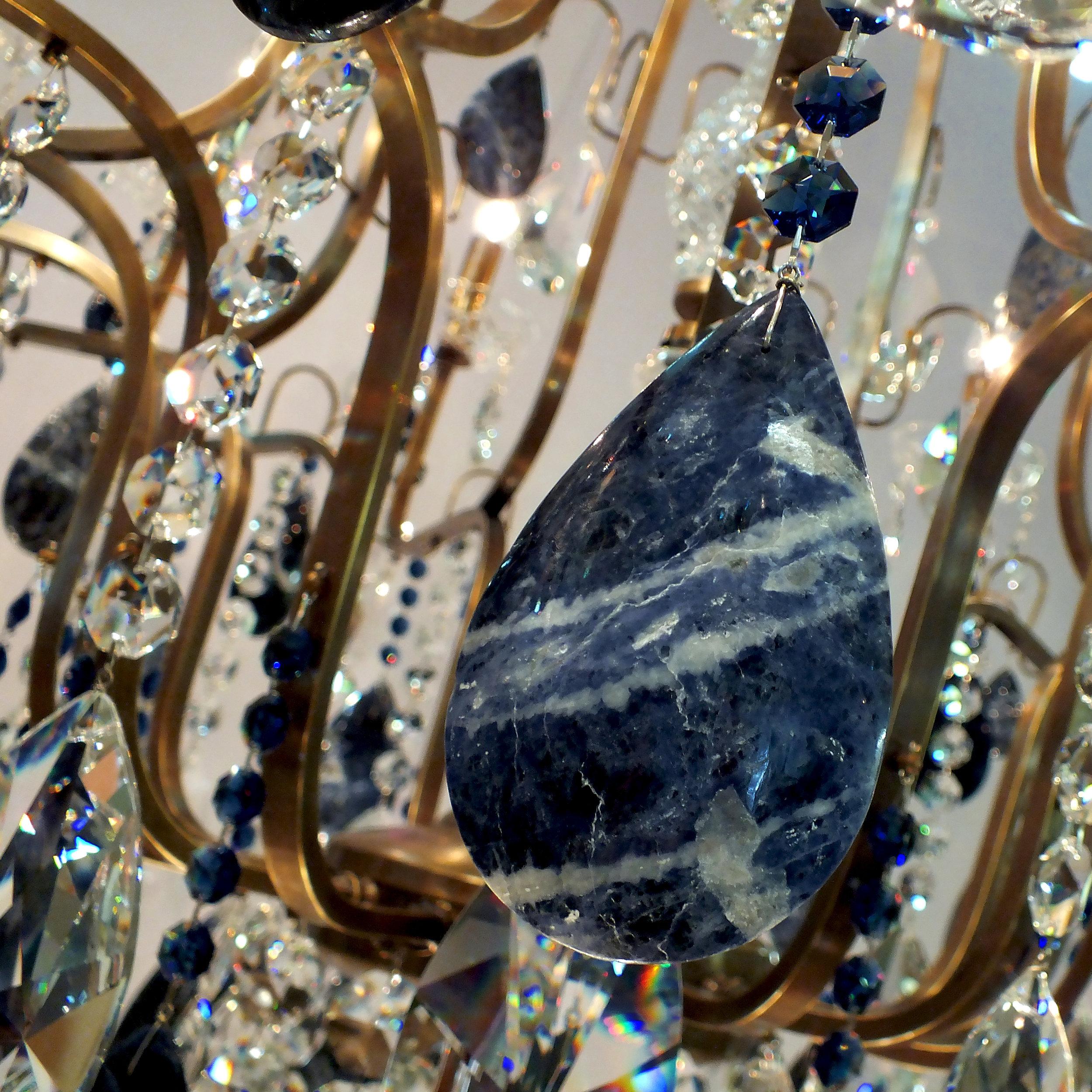 Foto de detalhe do Lustre Veneza Dark Sapphire em latão envelhecido médio e sodalitas.