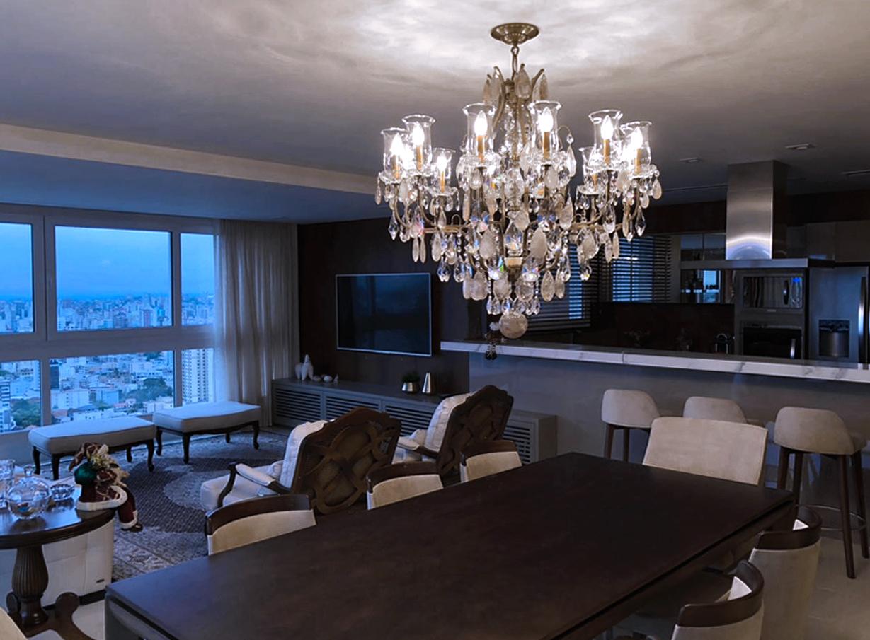 Lustre Mântova 12 braços, com mangas, ambientado em sala de jantar em Caxias do Sul.