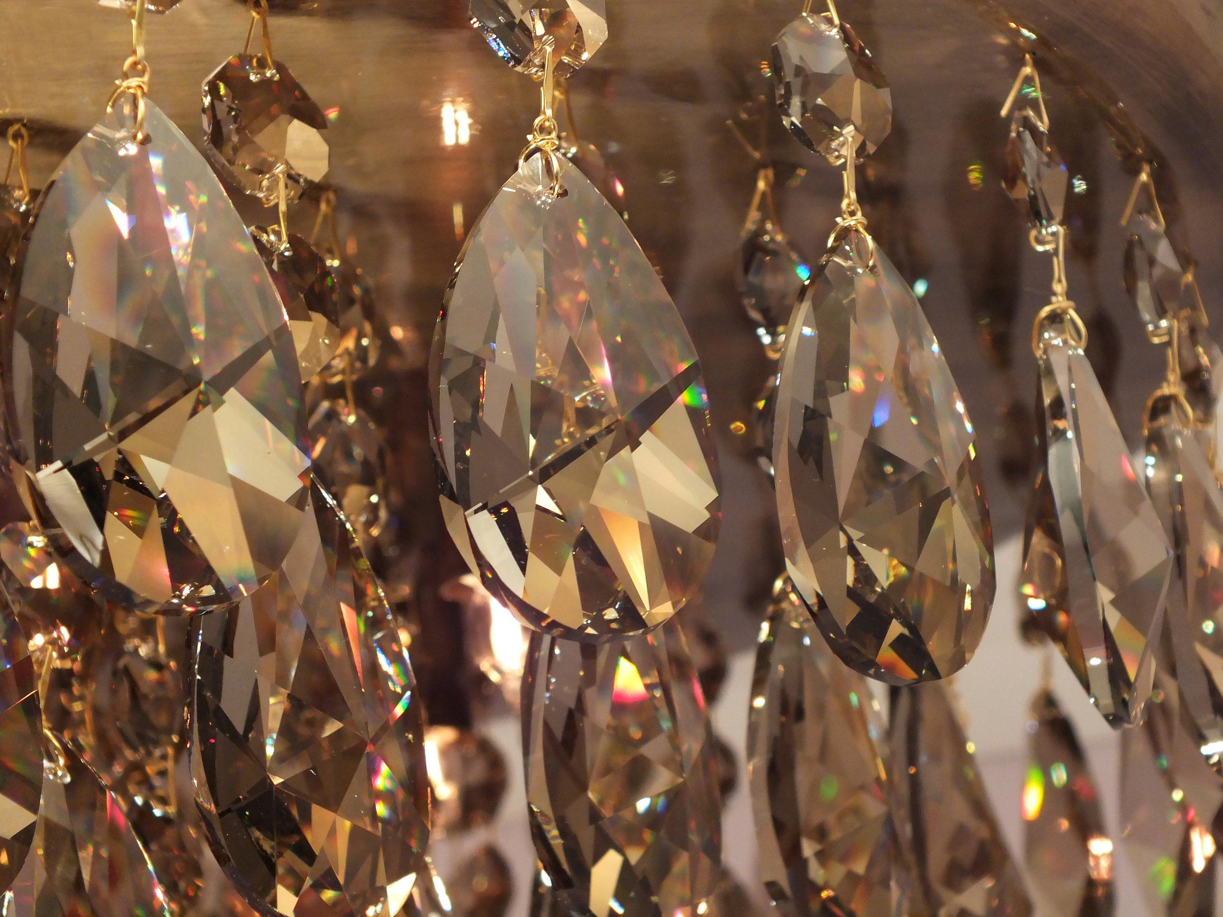 Cristais Golden Honey e conectores entre os cristais banhados a Ouro 24K no Plafon Parma.