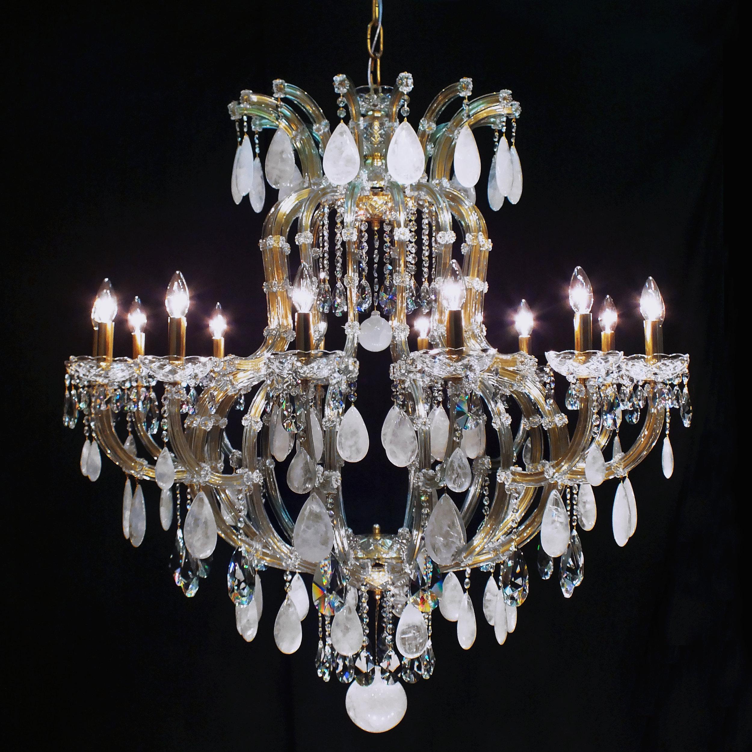 Lustre Marselha 14 braços, no estilo Maria Theresa, em latão no tom dourado e cristais de rocha brancos.