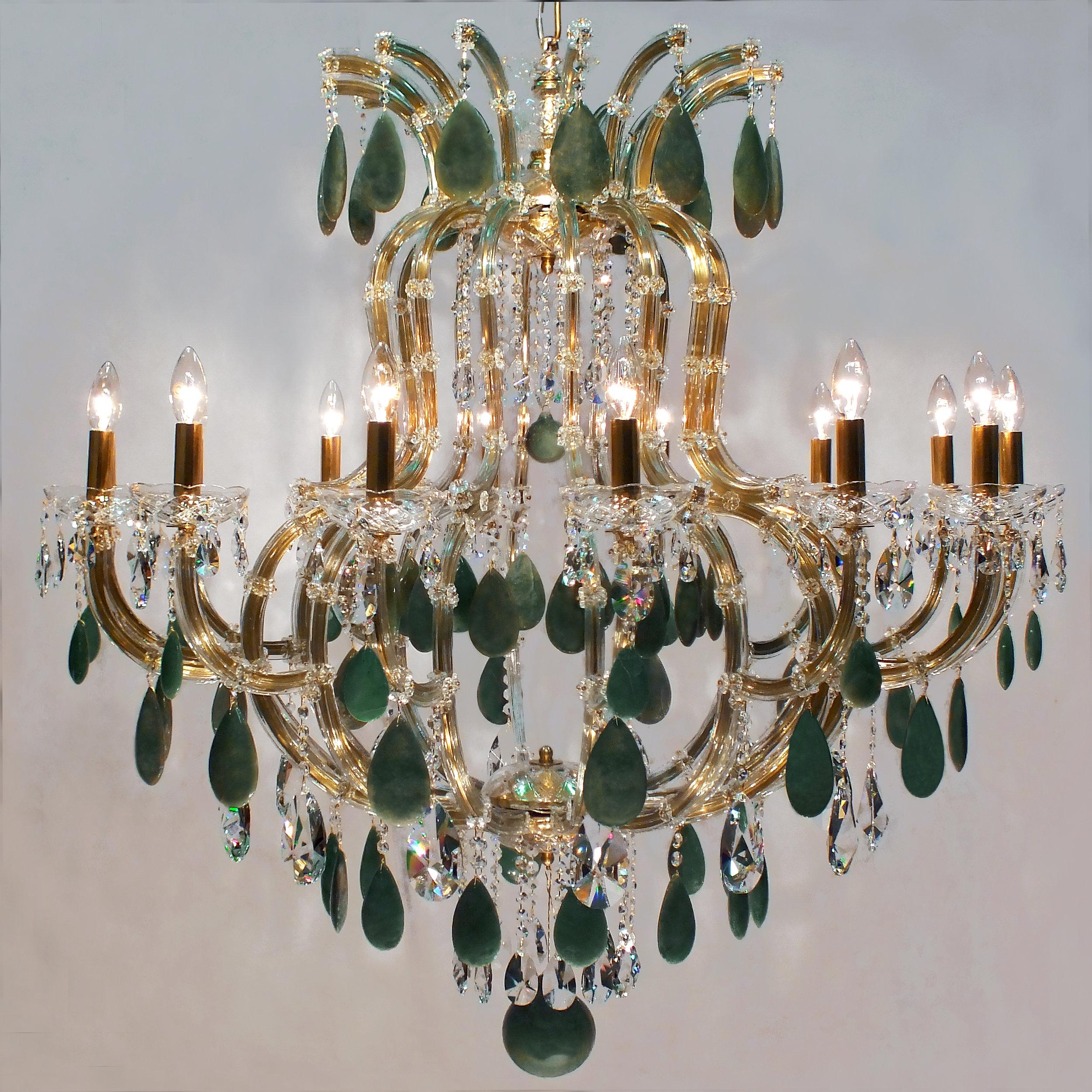Lustre Marselha 14 braços, no estilo Maria Theresa, em latão no tom dourado e cristais de verdes.