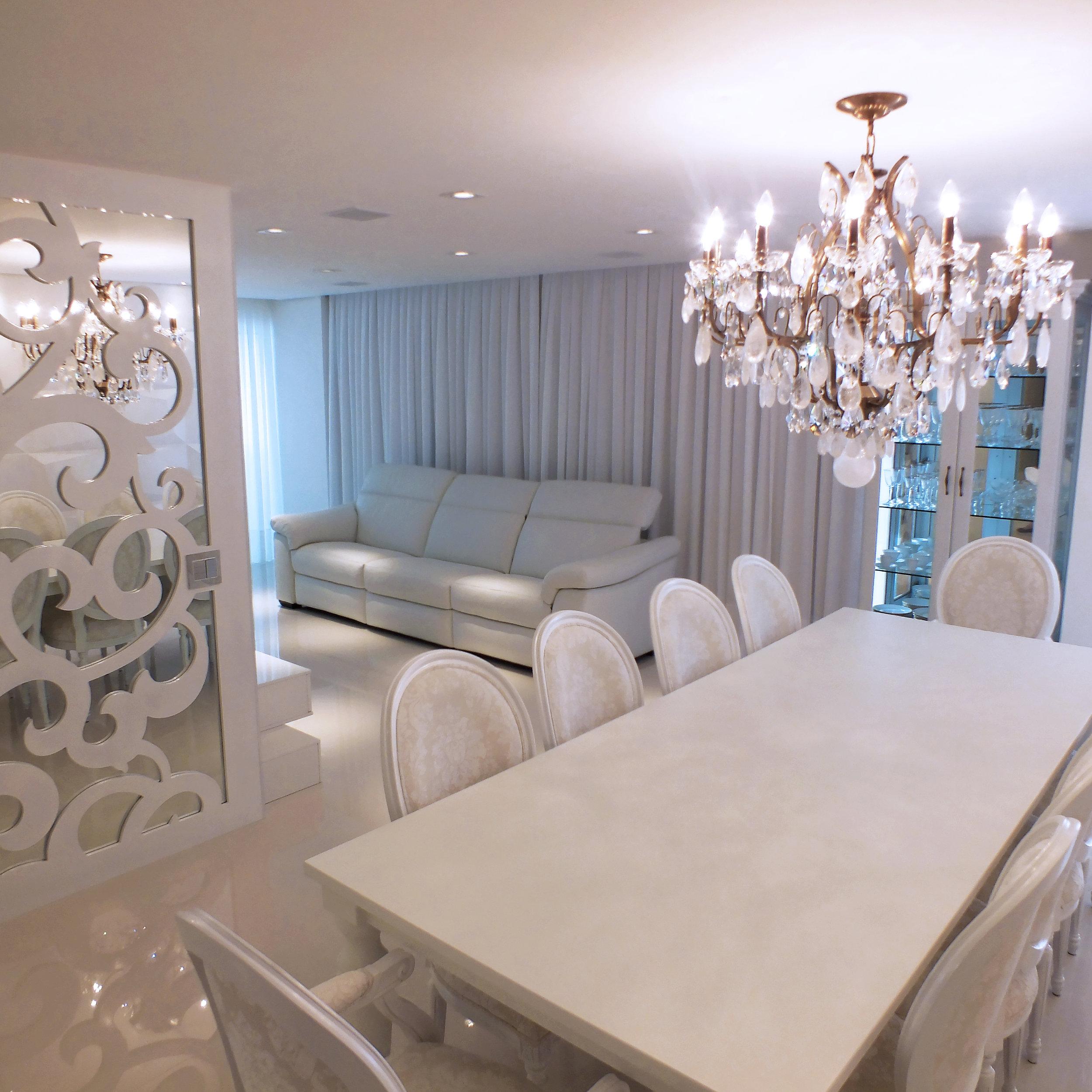 Lustre Mântova 12 braços em cristais de rocha extraclaro ambientado em sala de jantar em Caxias do Sul.