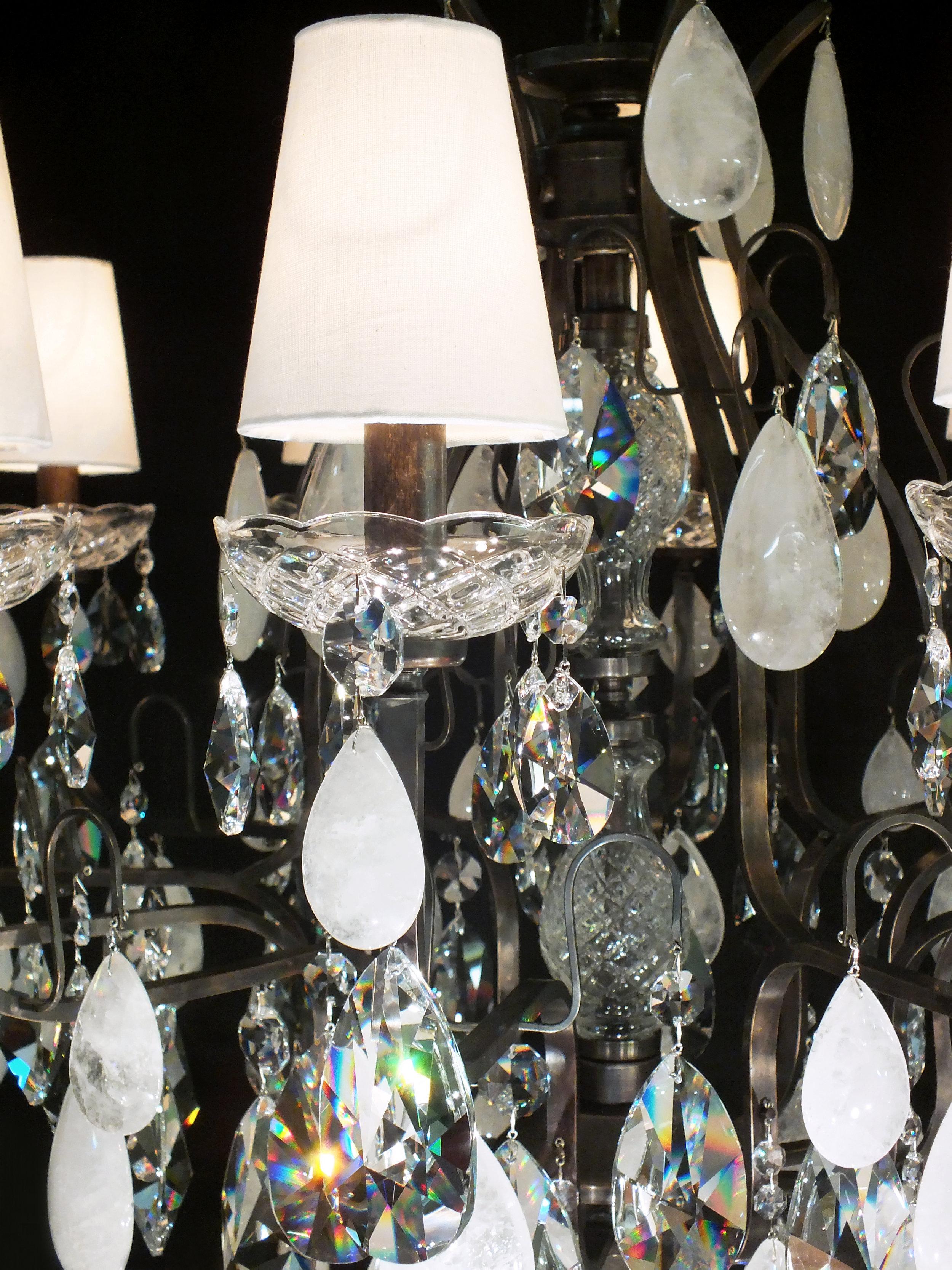 Foto de detalhe do lustre Mântova com cúpulas em algodão cru.