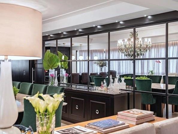 Sala de jantar ambientada com Lustre Mântova Emerald 14 braços em Porto Alegre. Projeto arquitetônico da Caroline Kreling.