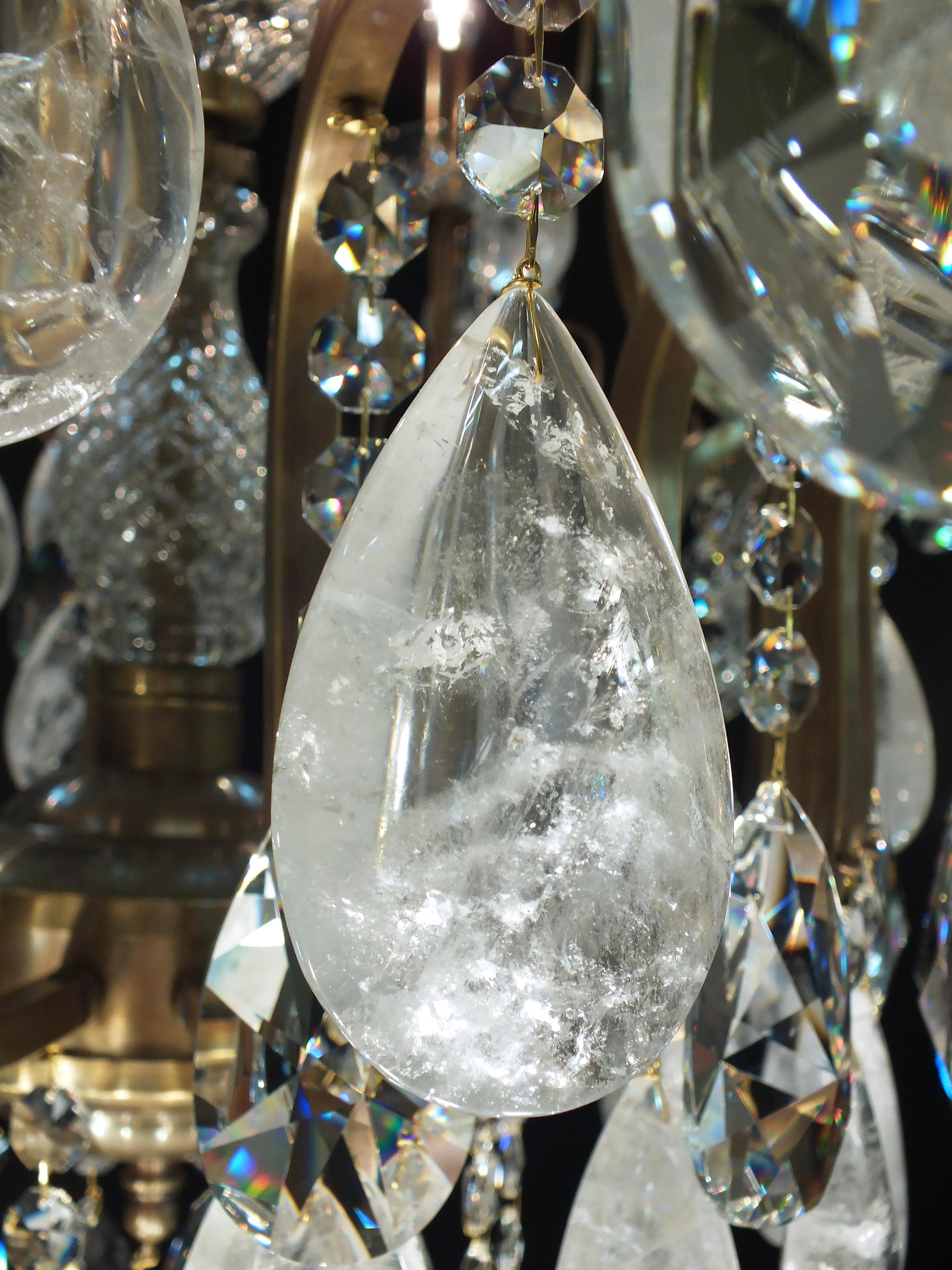 Foto de detalhe do cristal de rocha quartzo extraclaro.