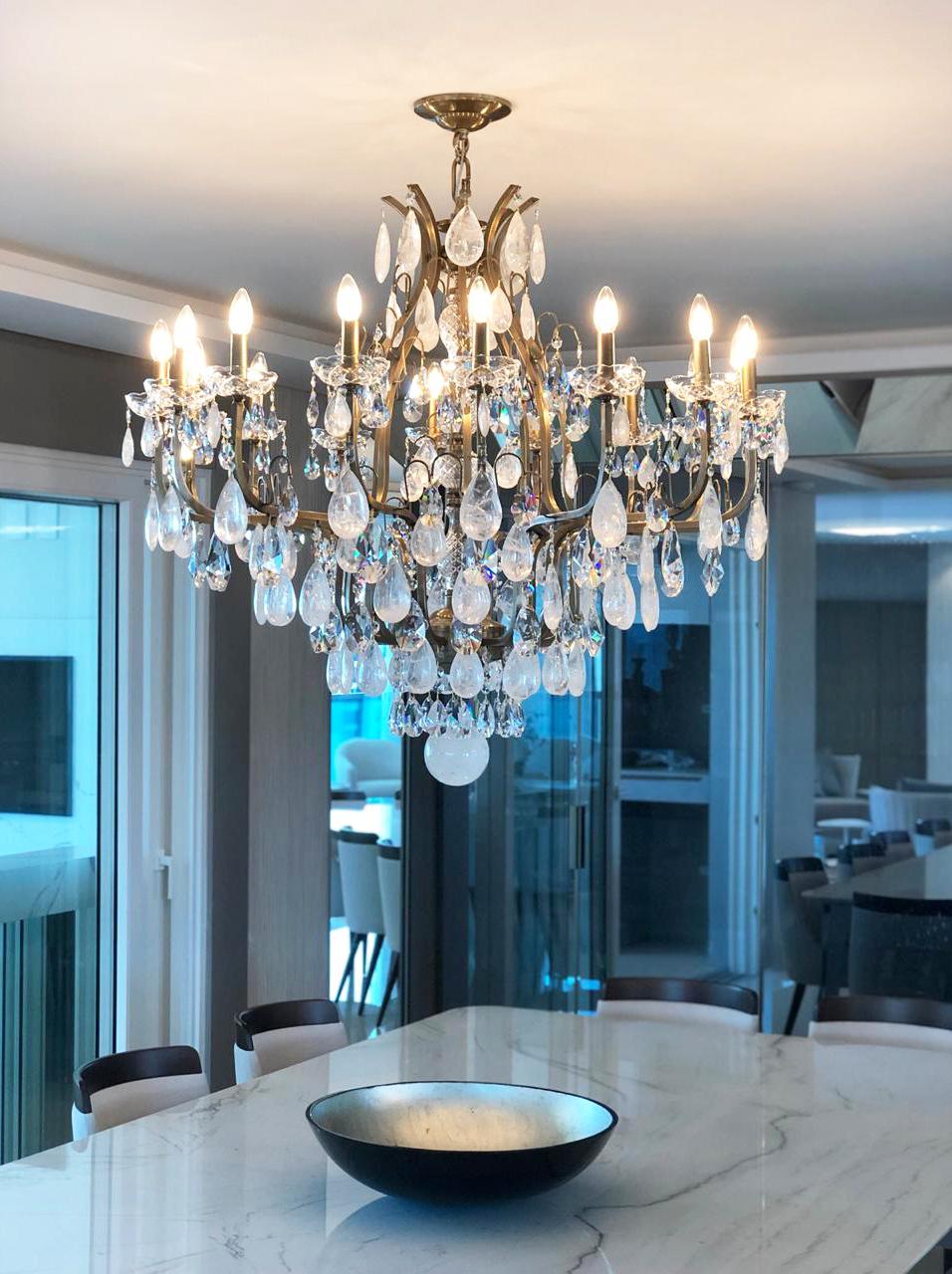 Lustre Mântova 16 braços com cristais de rocha quartzo extraclaros, ambientado em sala de jantar.