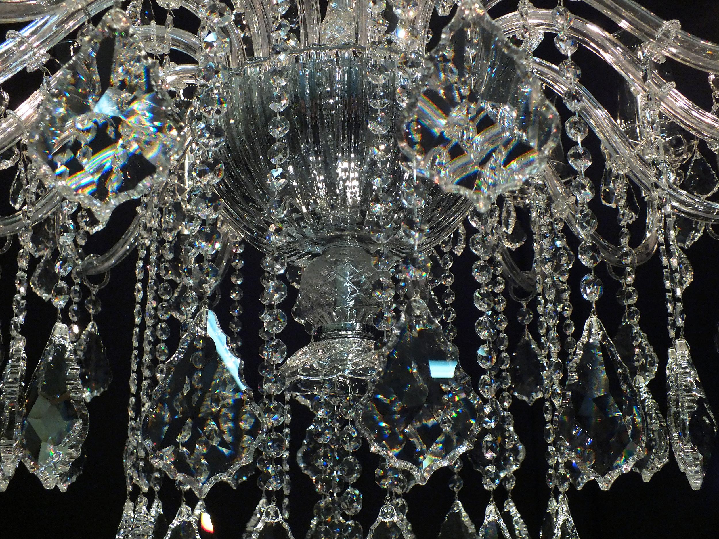 Foto de detalhe do bojo em cristal Bohemia (República Tcheca) do Lustre Turim.