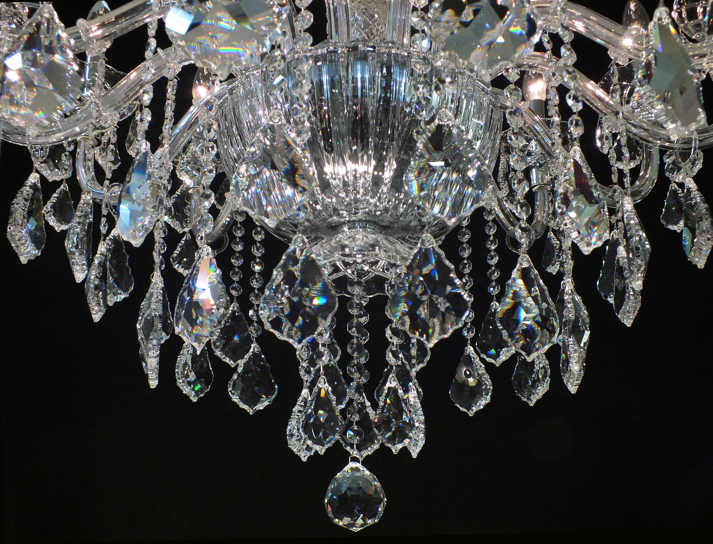 Foto de detalhe do bojo em cristal Bohemia (República Tcheca) no lustre Córdoba 14 braços.