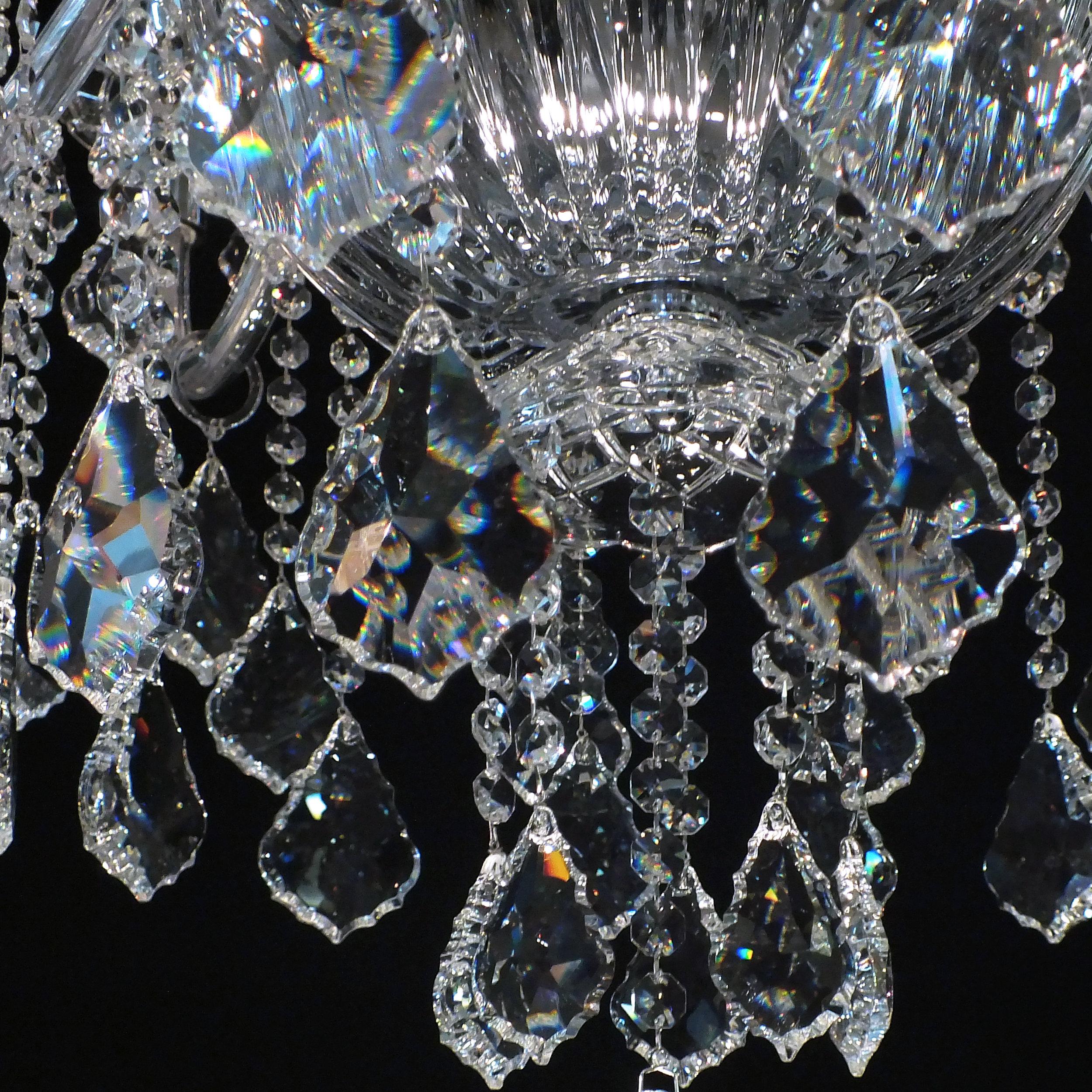 Foto de detalhe do tipo de cristal utilizado no lustre Córdoba 14 braços, as placas barrocas.