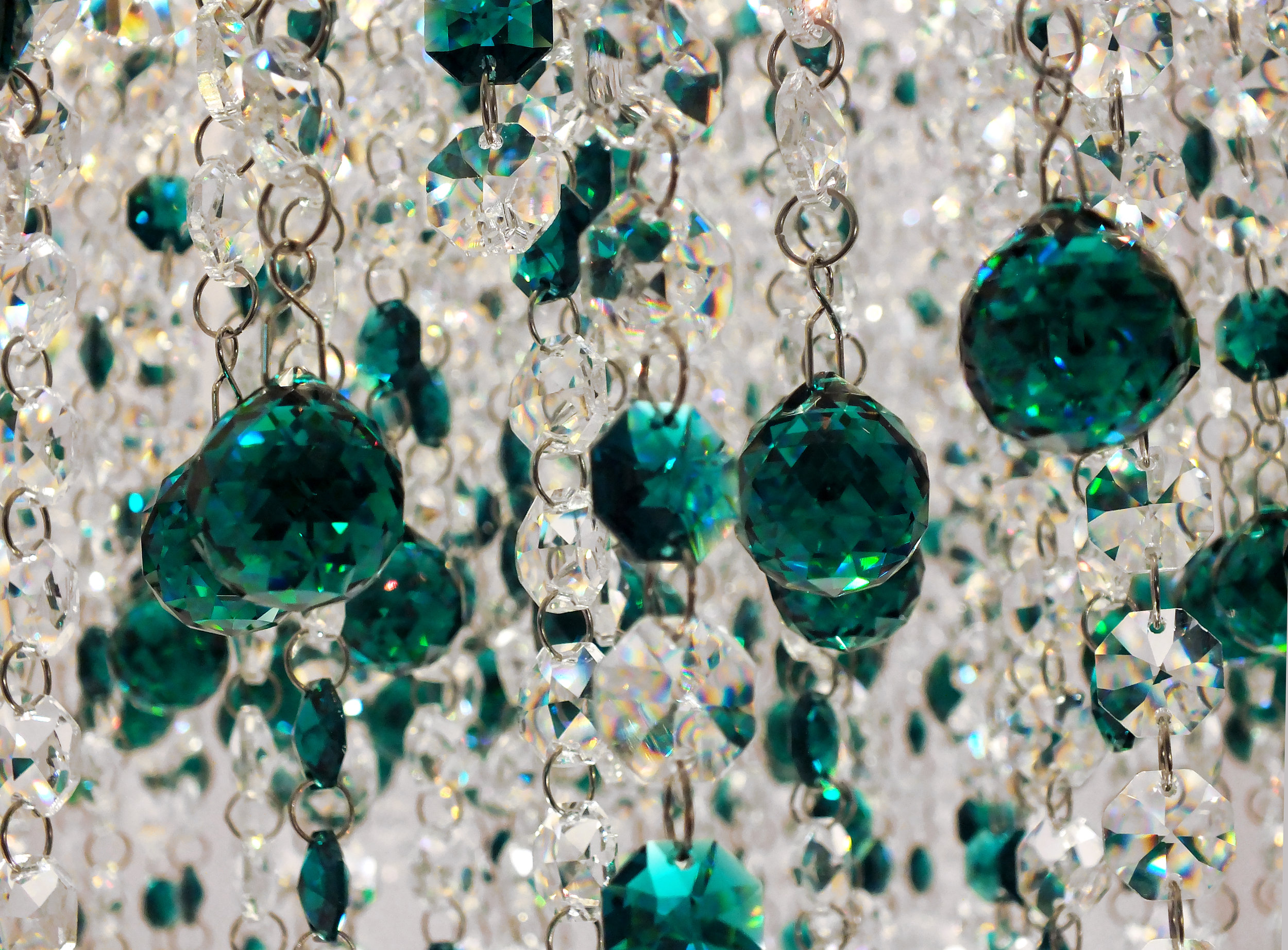 Foto de detalhe dos cristais Emerald Swarovski no plafon Cremona de 65cm de diâmetro.