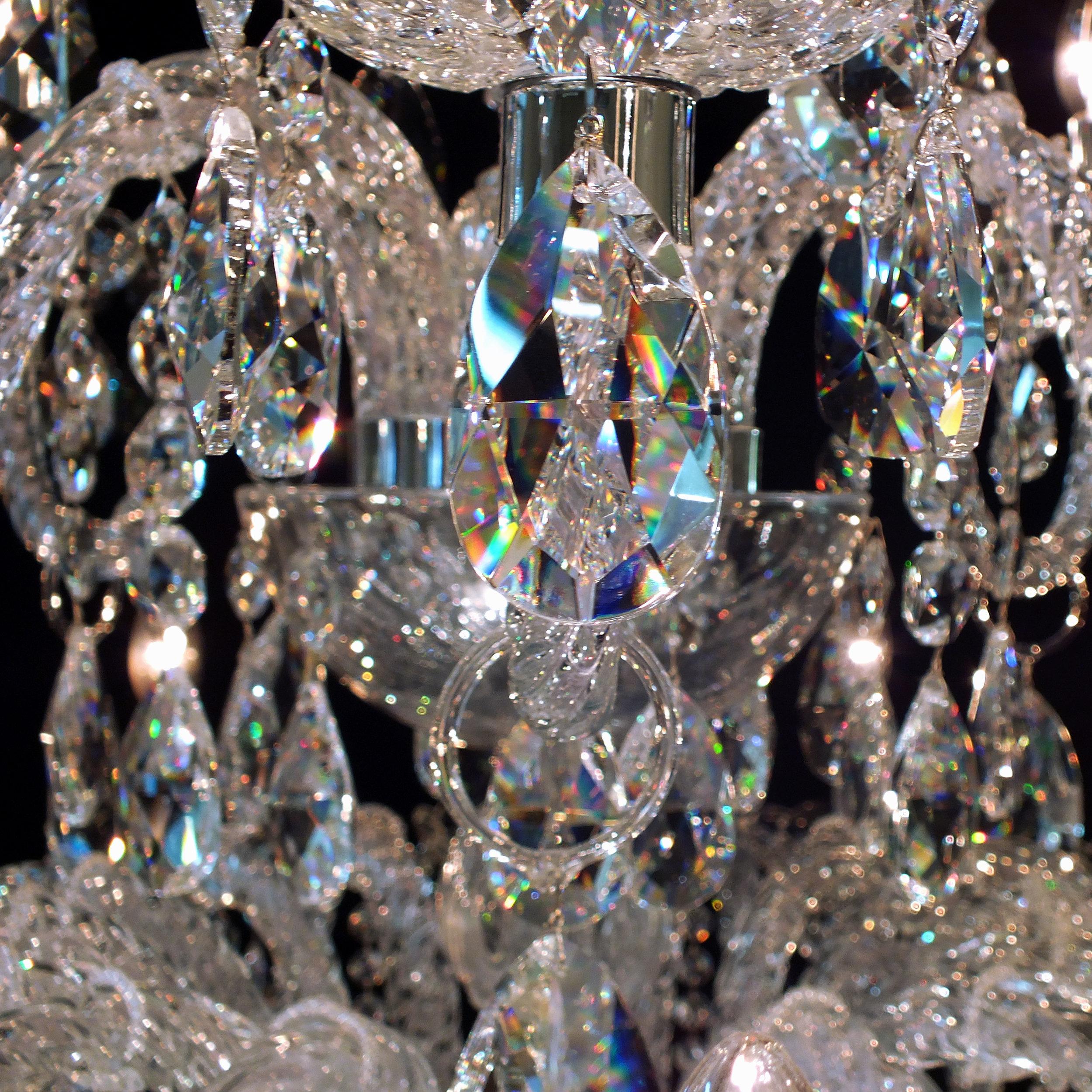 Foto de detalhe dos cristais legítimos egípcios do Lustre Treviso.