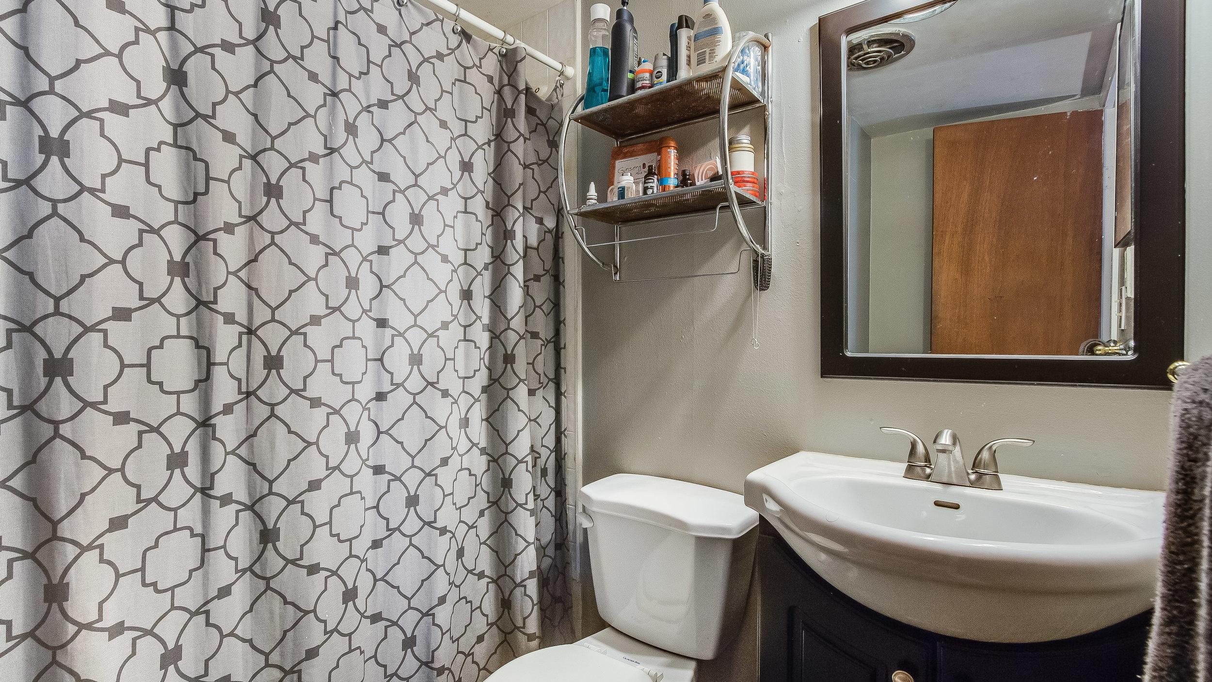 21 1570stpaul Apt 4 Bathroom (20).jpg