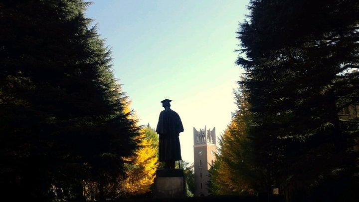 Discover your place at Waseda University. (Photo: Statue of Okuma Shigenobu and Okuma Auditorium in the background)