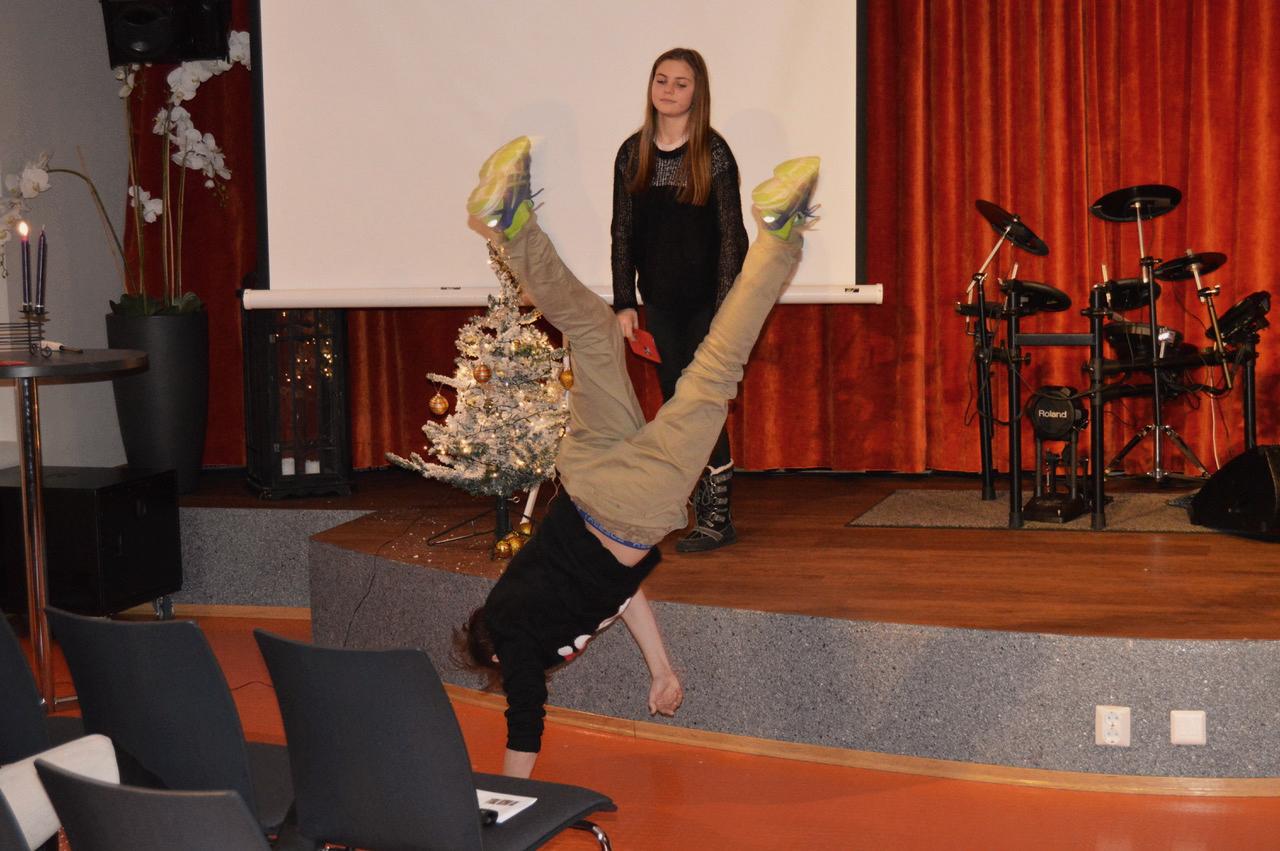«Programlederne» demonstrerte hvor forskjellig man tenker om julen. Med glimt i øyet, artige karakterer – bra gjennomført!