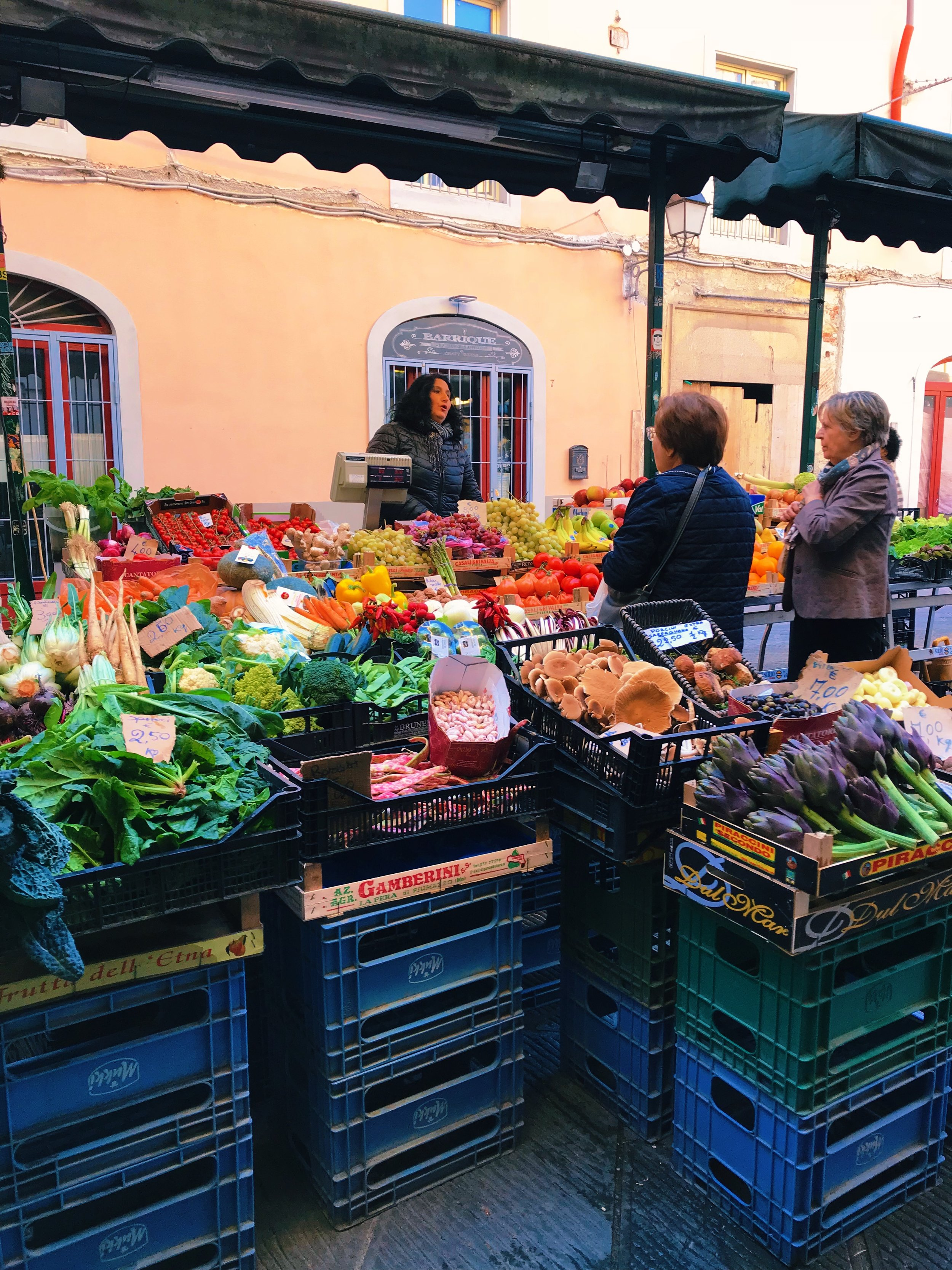 Piazza San Buonuomo. In the piazza next to The Violin pub, during the day you'll find a fresh vegetable market.