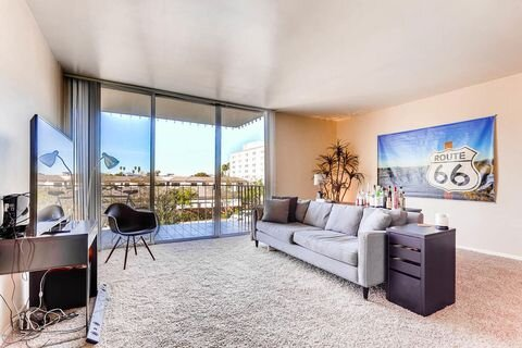 Executive Towers - This 22 story magnificent melding of art and architecture brings the perfect combination of glamour and security of high-rise living. Built in 1963 and located in the Historic District and ideal for urban living.