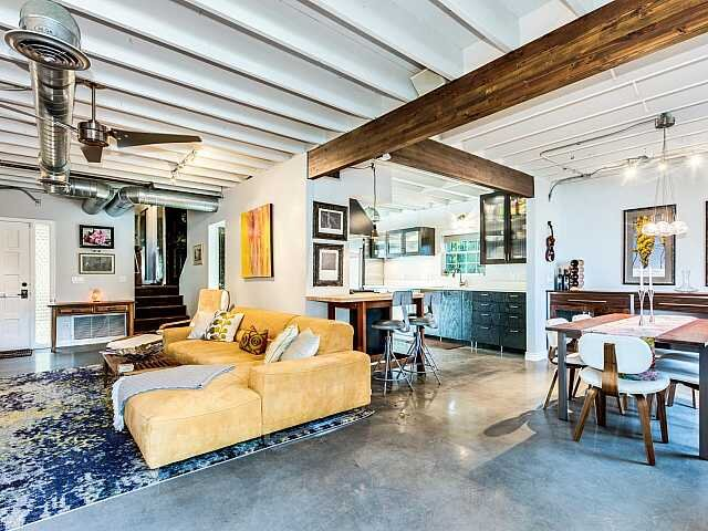 Chateau Deville - This amazing town-home is located in the historic district, within minutes of major freeways, Phoenix Country Club, Heard Museum, the light rail and a stones throw away from Downtown Phoenix.