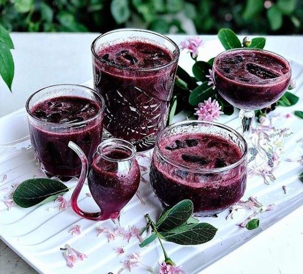 Happy Friday!  How amazing are these berry beauties to go into the weekend with? Thanks @the_margarita_mum  I hope you enjoy these berry much. .🍓 🍓 🍓  These are simply made with frozen berries, freshly squeezed lime juice, @thebuchashop berry Kombucha and homemade mint syrup. . Enjoy! . Recipe and photography ©️ @the_margarita_mum  @vegan @kombucha