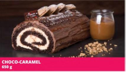 Pâte chocolatée garnie d'une crème légère au caramel au lait et de pépites Skor, recouverte de crème mousseline au chocolat noir et d'un miroir chocolat. Décorée de macarons et de sucre à glacer.  Allergènes: Blé (gluten), sulfites, lait, soya, oeuf, amandes. Peut contenir des noix et/ou des arachides.