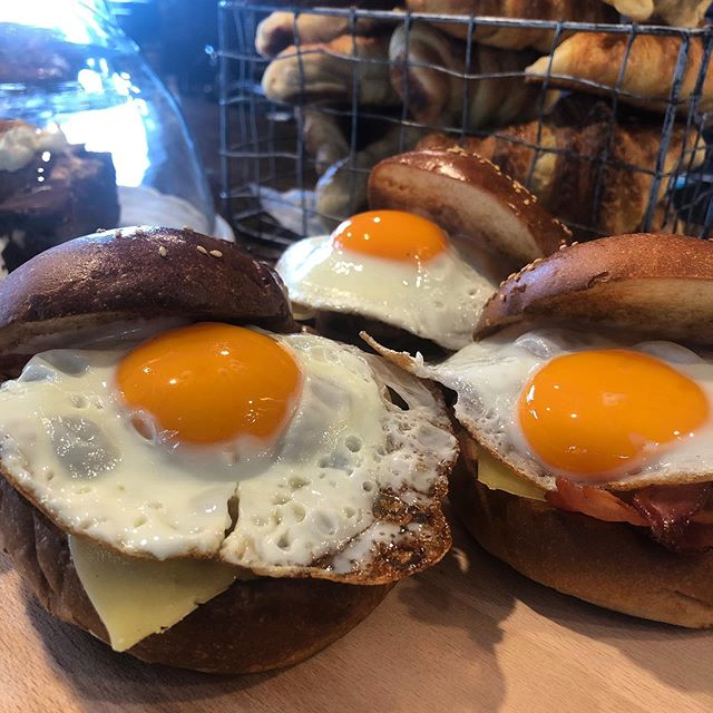 Good morning sunshiny egg yolks, get in my belly! Bacon and egg breaky burgers ready to go 👌🏻 . . . . . . . . #theoriginalbrüger #eggporn #eggrolls #eggandbaconroll #bacon #breakfastburger #breakfast #brunch #wefo #footacrayeats #eatwell #deliciousfood #yummyfood #hungry