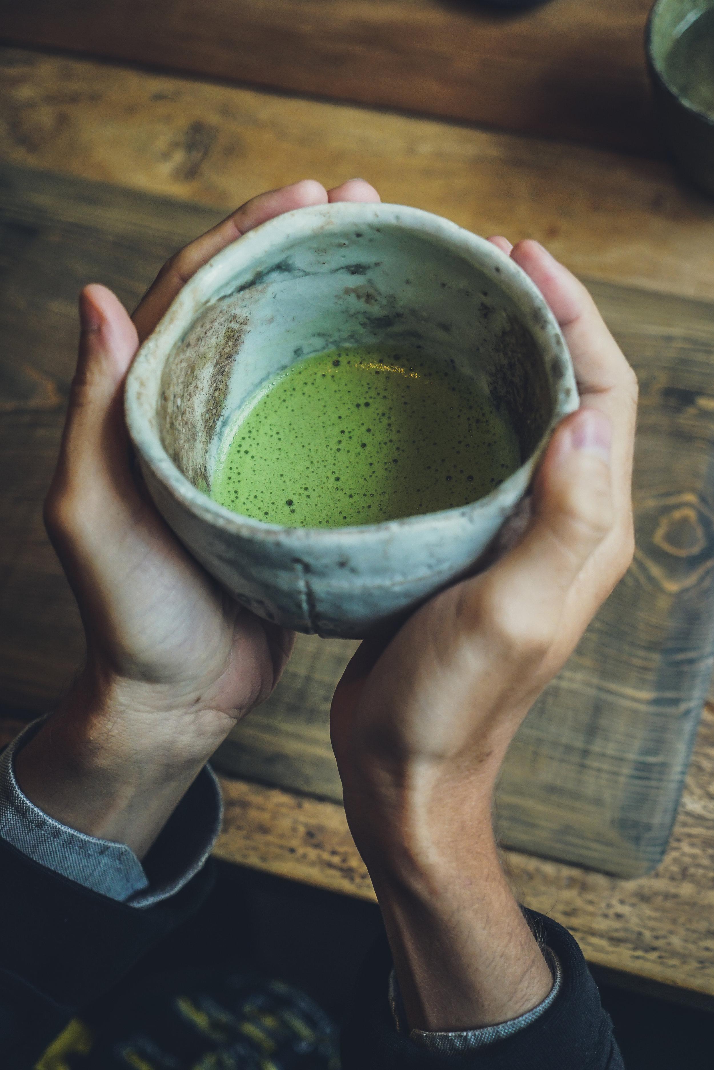 Découvrez le meilleur des thés biologiques japonais, sélectionnés et élaborés avec nos partenaires locaux dans les régions de Uji et Kagoshima. -