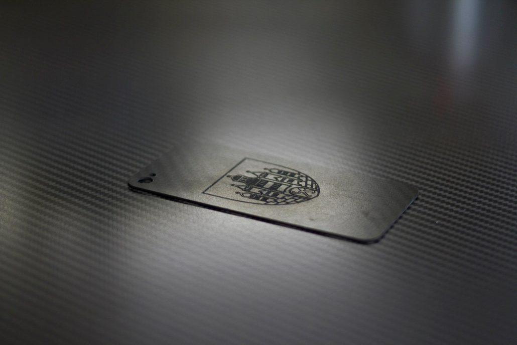 kohlefaser-gravur-wappen-1030x687.jpg