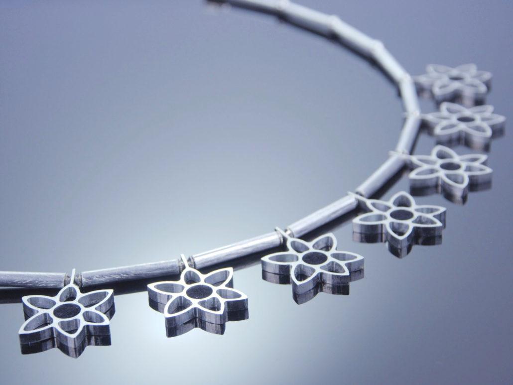 design-halskette-blueten-aus-aluminium-1030x773.jpg
