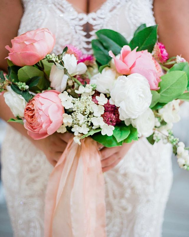 This bouquet gives us all of the sweet, summer vibes! Thank you @rootsfloraldesign for designing this beautiful piece for our bride to walk down the aisle. 💕🌷