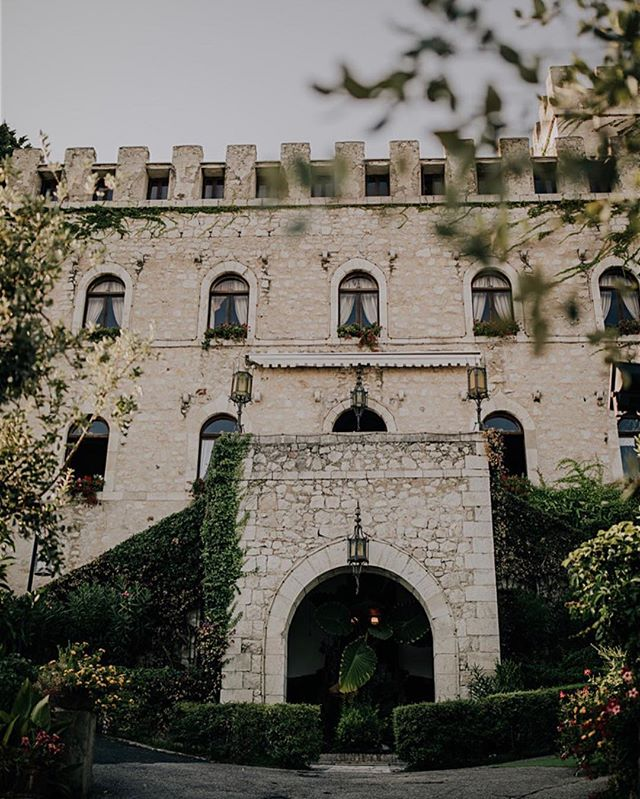 Reminiscing on our destination wedding to Italy in August 2018⛰ This was such an amazing experience spending time on the almalfi coast with our clients, @alexagasbarro + @mariofortin after a year of planning + designing 🍝  We travel internationally! Give us a buzz for your 2020 wedding 💋