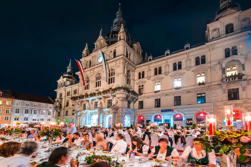 Lange-Tafel-der-GenussHauptstadt-Graz-(c)-Graz-Tourismus.jpg