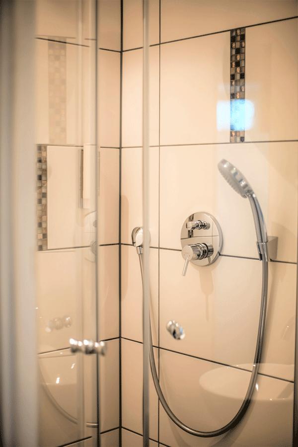 romantik-suite-badezimmer-dusche.png