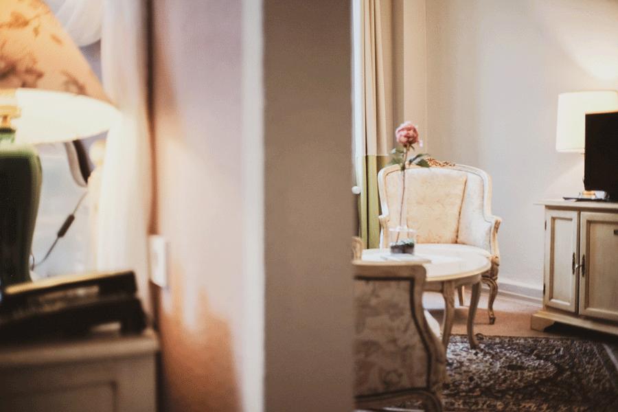 romantik-suite-einrichtung-wohnzimmer-stilmoebel.png