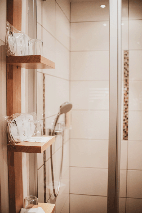 alpine-lodge-design-suite-badezimmer.png