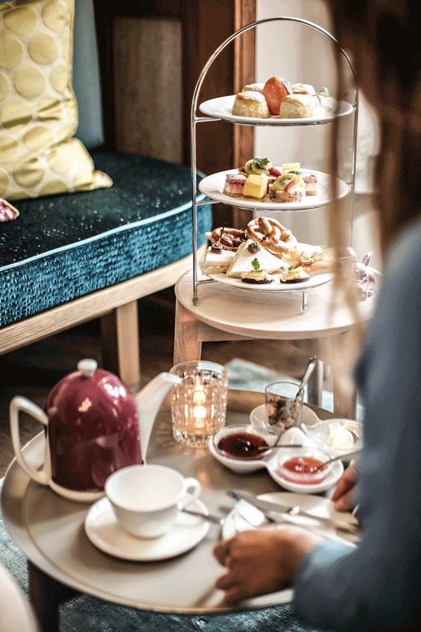 - BAYERISCHGenießen Sie eine feine Auswahl an regionalen und internationalen, süßen und herzhaften Delikatessen .ENGLISCHEServiert mit der perfekten Tasse Tee - genau auf Sie abgestimmt. Mit der Beratung unserer Tea Master finden wir für Ihren individuellen Geschmack die passende Sorte Tee. Dabei haben Sie die Auswahl aus über 100 verschiedenen Tees höchster Qualität.TEATIMEEin englischer Klassiker, auf unsere Art bayerisch und modern umgesetzt.