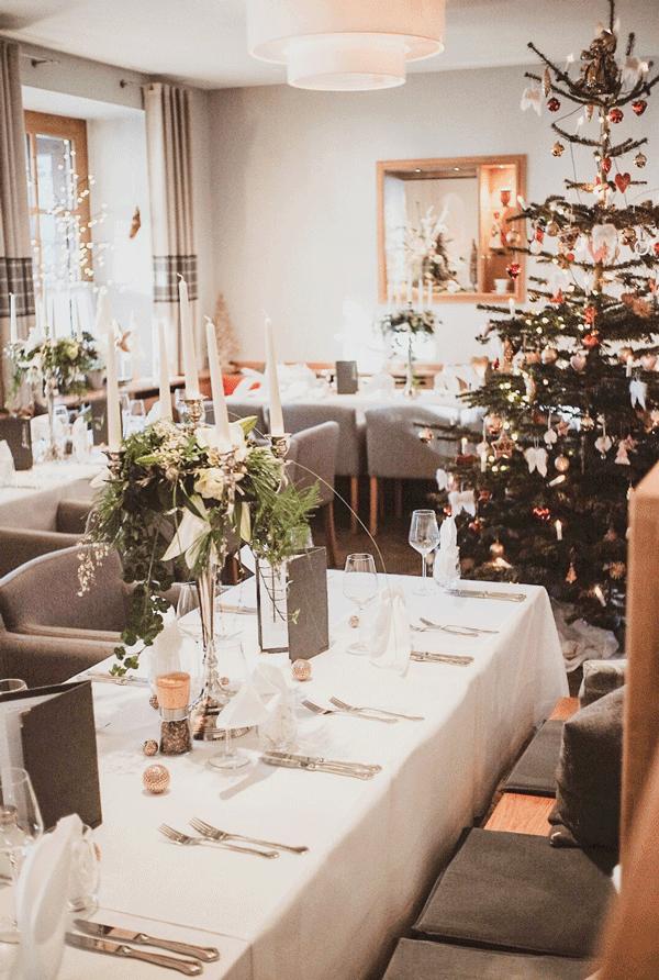 - MAGISCHEDenken Sie an zauberhaft dekorierte Räumlichkeiten, Glühwein- und Plätzchenduft, festlich gedeckte Tische zum Abend, gemütliches Get-Together an der Bar, erlesene Menüs im Rahmen der Halbpension an allen Tagen, die vielleicht familiärste Weihnachtsfeier, die Sie sich vorstellen können.WEIHNACHTENHausmusik und Weihnachtsgeschichten liebevoll vorgetragen in einem festlichen Rahmen, ein wunderbares Weihnachtsmenü nach der Bescherung, Festmenüs an den Feiertagen, - Weihnachten unter Freunden!
