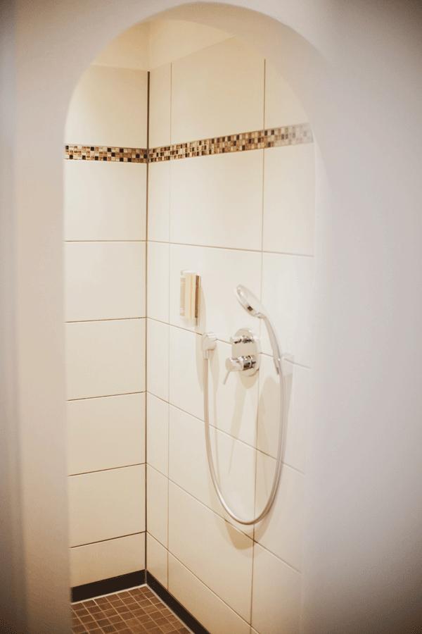 einzel-zimmer-studio-regen-dusche.png