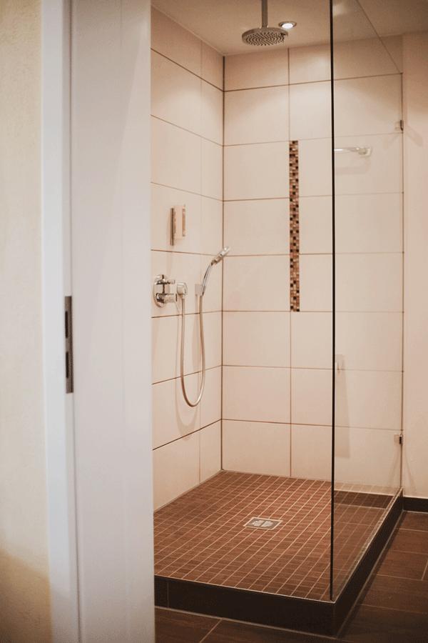 junior-suite-badezimmer-dusche.png