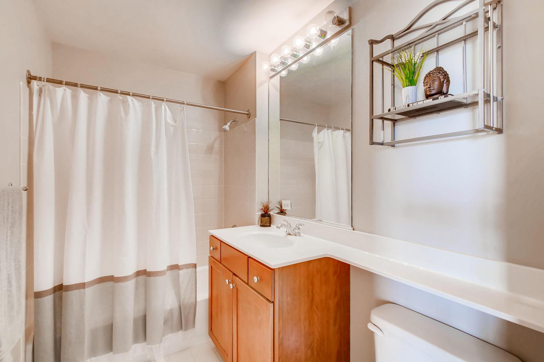 600 W Drummond 314 Chicago IL-large-013-7-Bathroom-1500x1000-72dpi.jpg