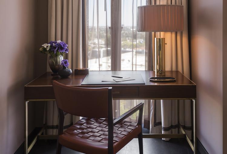 deluxe king suite desk