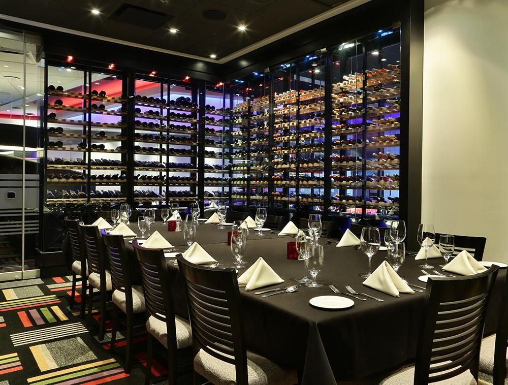 SALON PRIVÉ - Pour vos affaires, occasions spéciales ou simplement pour plus d'intimité, notre salon privé (pouvant accueillir de 10 à 20 personnes) est à votre disposition.