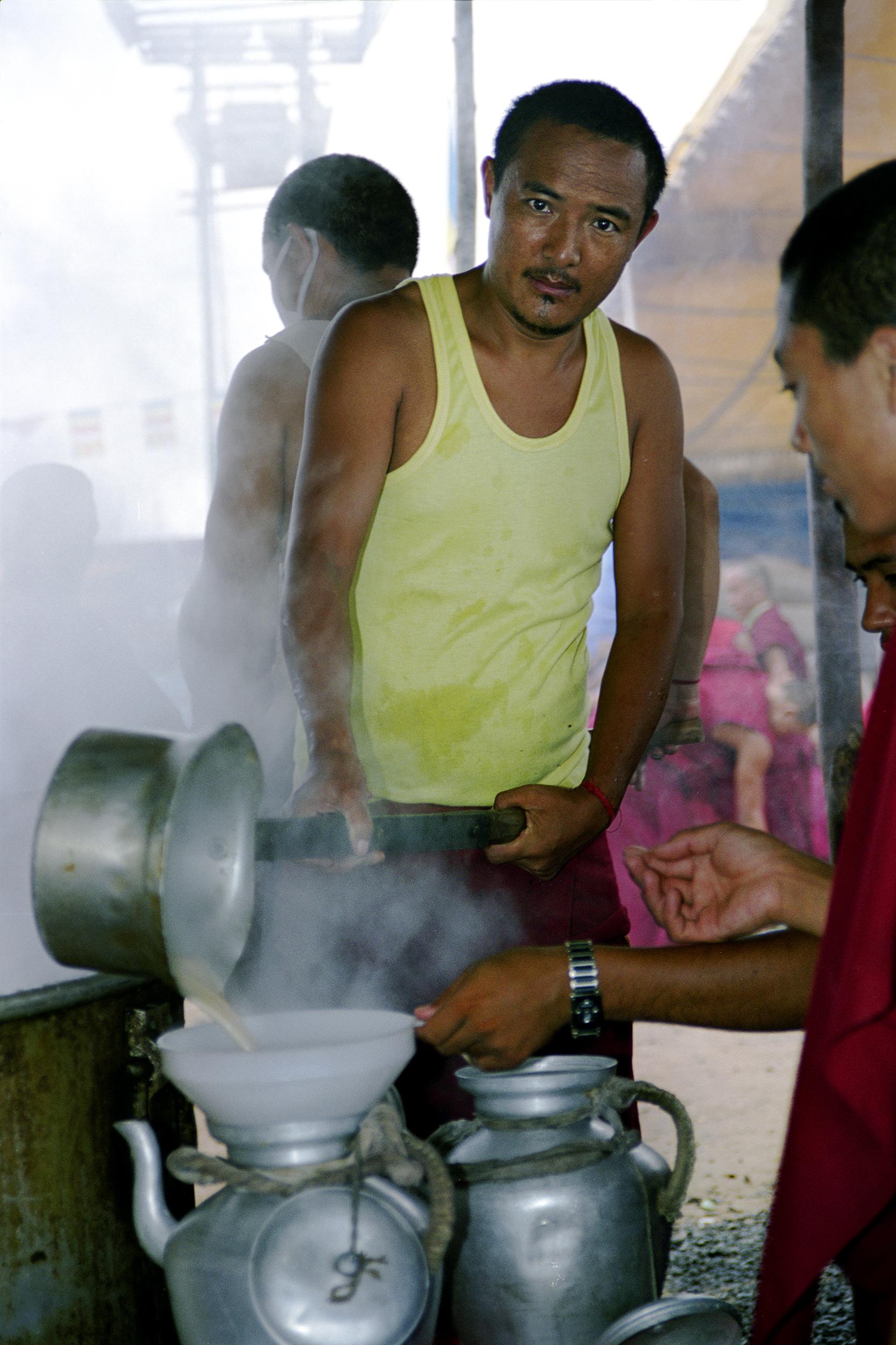 Web_amar_Pooring tea into pot.jpg